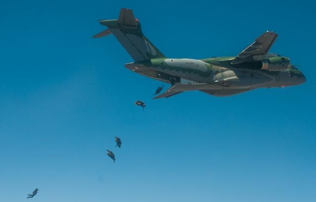 KC-390 CERTIFICAÇÃO PARAQUEDISTAS