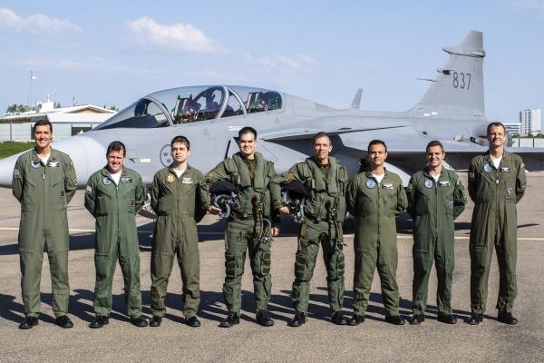 Militares são capacitados em avaliação de aeronave de alta performance - foto posada