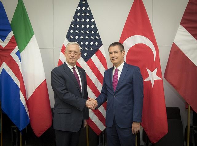 Secretário da Defesa, James N. Mattis e o ministro turco da Defesa, Nurettin Canikli, na OTAN em Bruxelas, Bélgica, em 7 de junho de 2018. Foto Sargento Vernon Young Jr.