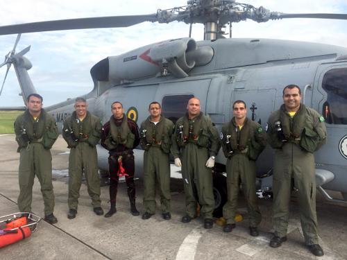 Tripulação que auxiliou na evacuação aeromédica