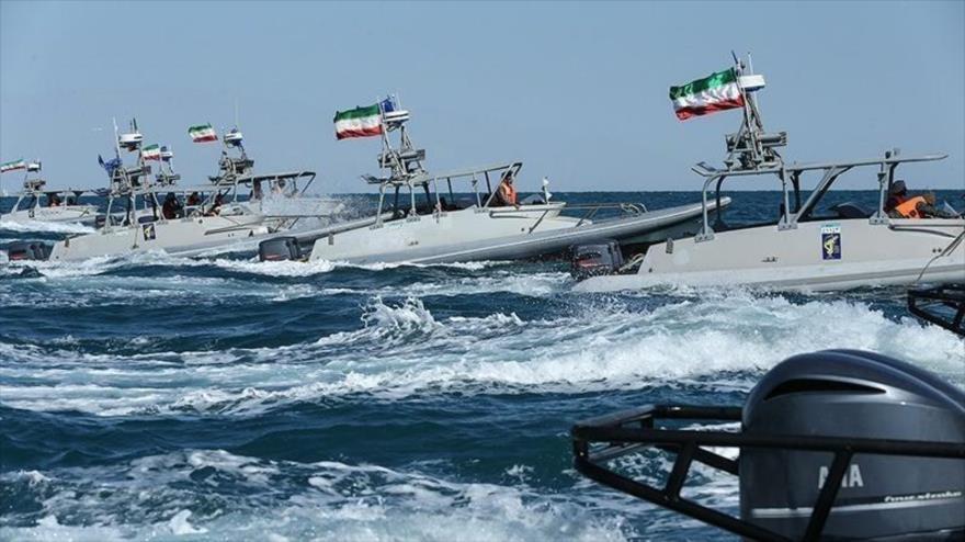 Lanchas rápidas do irã em patrulha no Golfo Pérsico