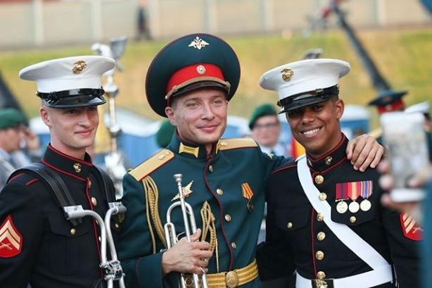 músicos militares da Rússia e EUA no festival internacional de música militar de Hamina, Finlândia